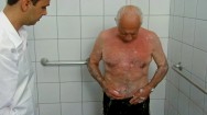 Cuidador de idosos - hora do banho, como agir?
