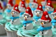 Solte a sua imaginação e crie os mais variados bonequinhos de pasta americana para confeitar o seu bolo natalino