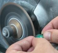 Algumas máquinas, como a serra diamantada para corte, não existem no mercado. É preciso que o artesão  confeccione-as.