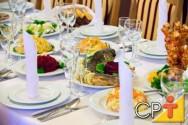 O guardanapo de tecido dobrado pode ser colocado sobre o prato de mesa ou dentro do copo de água.