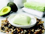 O abacate tem propriedades que restauram as reservas oleosas da pele e removem as impurezas.
