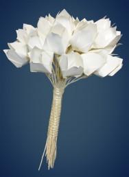 Produza lindos arranjos florais nas mais diversas cores, usando fitas e laços. Foto meramente ilustrativa.