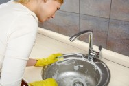 É necessário que haja a limpeza do local, removendo-se a sujidade, para, depois, fazer a aplicação do desinfetante na superfície