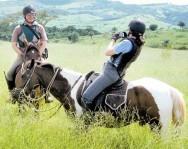 O turista tem contato com a natureza por meio dos passeios nas trilhas, cahoeiras, cavalos e o conhecimento de toda a produção da propriedade.