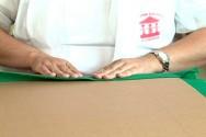 Escolha o lado do papelão onde colocará o feltro - sem cortes, emendas ou estragos