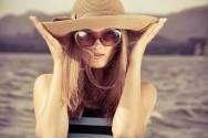 Use óculos escuros ao se expor ao sol, para evitar as rugas de expressão em torno dos olhos