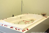 Colocados na banheira, os sais de banho promovem o relaxamento corporal