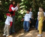 Por meio de perguntas, o professor estimula a criança a explorar o mundo ao seu redor