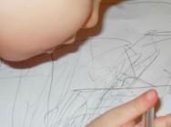 Quando a criança pega no lápis e descobre seus primeiros registros no papel, começa a rabiscar obsessivamente. Foto: Reprodução