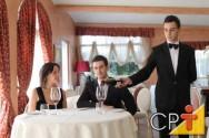 O garçom deve auxiliar o cliente na escolha do vinho certo para acompanhar um prato.