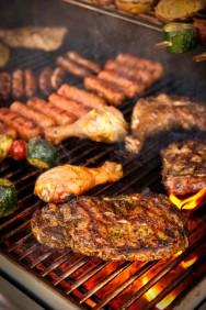 O churrasqueiro deve eliminar os microrganismos enquanto assa a carne, sem, queimá-las ou deixar a carne seca e sem sabor