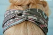 O uso de faixas ou lenços nos cabelos dão um ar moderno e despojado ao visual.