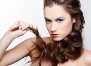 Truques para domar os cabelos enquanto crescem, usando acessórios e produtos especiais
