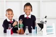 A aula prática tem como principal característica o uso de equipamentos e materiais.