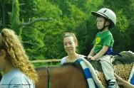 A equitação desenvolve o equilíbrio, a coordenação motora, a agilidade e a destreza, conferindo um sentimento de força física e fazendo aumentar a autoconfiança