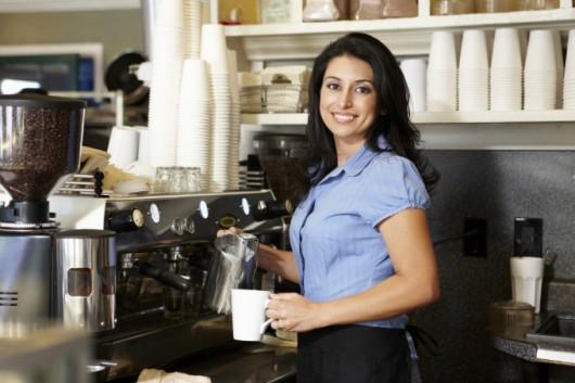 Como limpar a máquina de espresso, o moinho, outros equipamentos e utensílios da cafeteria.