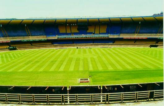 Manutenção de gramados esportivos: campo de futebol e campo de golfe.