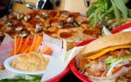 O cardápio de uma lanchonete deverá ser bem variado, com diferentes tipos de salgados, sanduíches, doces, sucos, tortas, entre outros. Foto/crédito: Bighamdesign