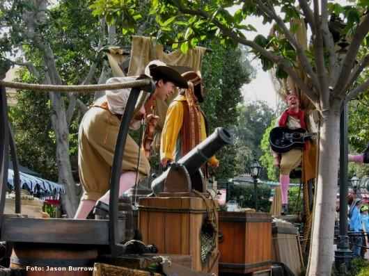 Prepare um palco com personagens piratas e alugue brinquedos, como pula-pula, tobogãs, piscina de bolinhas e outros mais