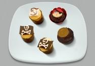 A decoração dos docinhos também pode ser feita com pasta americana, dando um charme todo especial à festa
