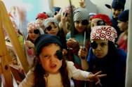 No momento da festa, lenços estampados com caveirinhas, espadas de brinquedo, tapa-olhos e máscaras, podem ser distribuídos aos convidados