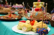 Caixas de fósforo encapadas e palitos de churrasco também são usados na decoração dos pratos de guloseimas. Foto: Reprodução