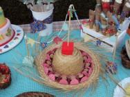 Forre alguns chapéus de palha com tecidos coloridos (chitão) e dentro deles coloque os docinhos secos. Foto: Reprodução