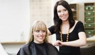 Picotar os cabelos consiste em cortar as pontas  para dentro – tanto no comprimento como na franja – utilizando as pontas da tesoura