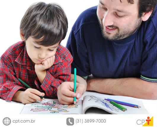 Os pais devem participar ativamente da educação de seus filhos, tanto em casa quanto na escola