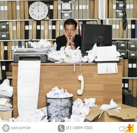 Pessoa que não sabe o que fazer com a desorganização devido aos maus hábitos na empresa