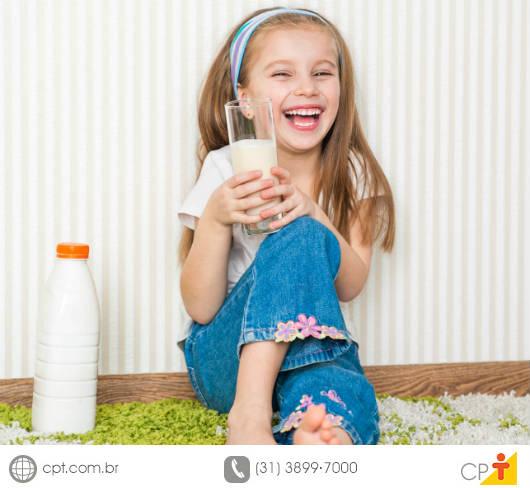Criança alimentando-se saudavelmente