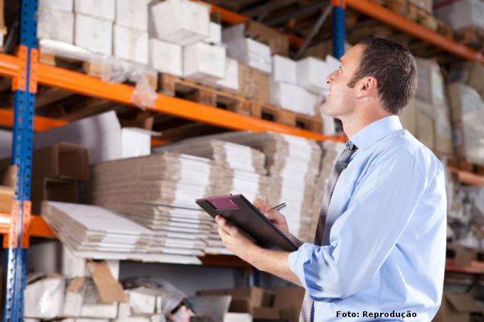 Gerente em contagem de estoque de mercadorias na empresa