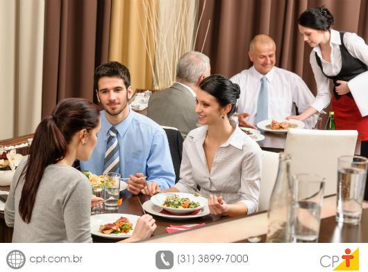 Clientes ocultos avaliando o atendimento de um restaurante