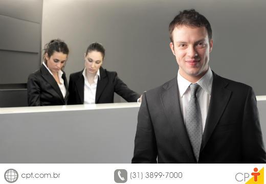 Gerente geral de um hotel em seu ambiente de trabalho