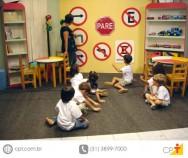 Há inúmeras razões por que  se deve ensinar trânsito nas escolas; dentre elas,  a mais importante é resolver o problema dos acidentes