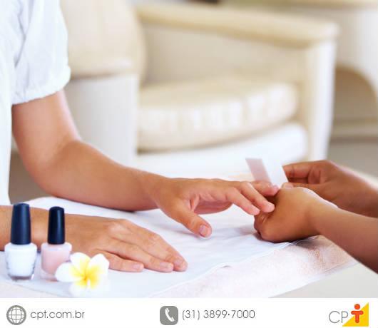 Para se destacar dentre as manicures, o manicuro deve se especializar continuamente e, com isso, conquistar o mercado