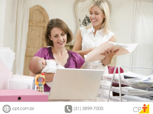 Babá combinando seus afazeres com a contratante dos serviços