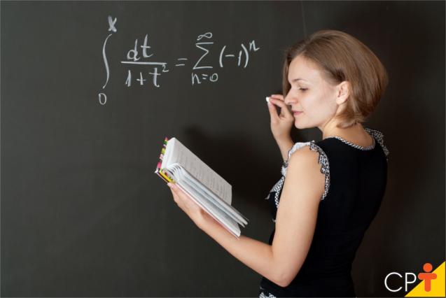 Professora no quadro-negro