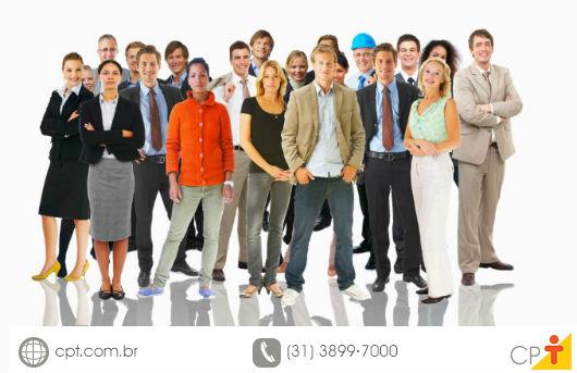 Pessoas de diferentes setores da empresa entrando de férias coletivas