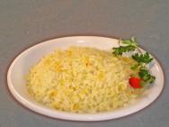 O pequi é uma fruta amarelada, que lembra ameixa e tem sabor forte e aroma marcante.