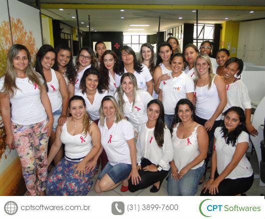 Funcionarias do CPT softwares usando o laço rosa da campanha Outubro Rosa