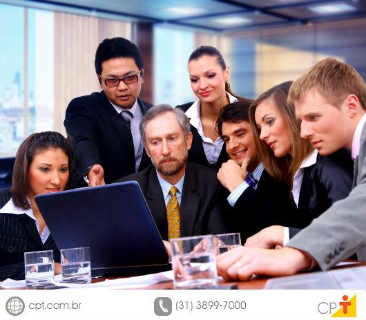 Todos os integrantes de uma equipe de trabalho analisando algo no compotudor