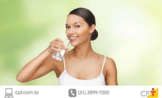 foto de uma mulher tomando água
