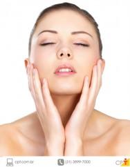 foto de mulher exibindo a pele do rosto totalmente limpa e hidratada