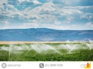 Como é feita a distribuição de água no meio rural