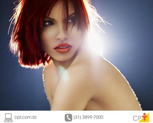 modelo de pele branquinha com maquiagem e de costas para o sol