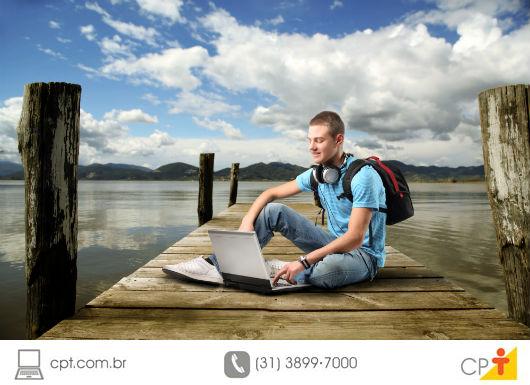 Rapaz estudando durante as férias
