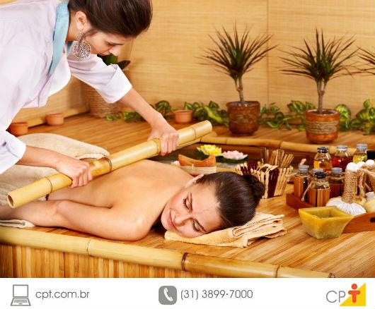 mulher recebendo massagem em spa do hotel