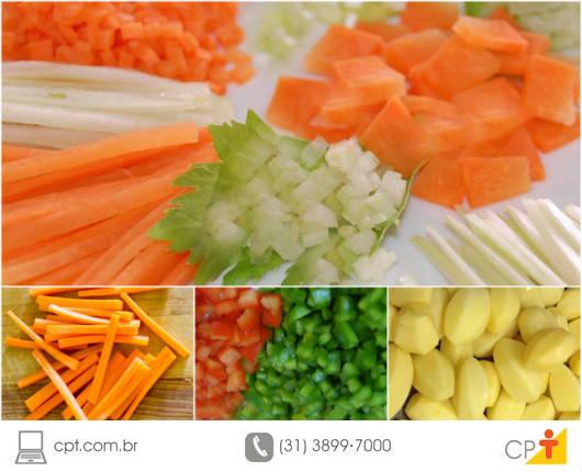 Os legumes são cortados de forma padronizada, para que a cocção ocorra de maneira uniforme e para que a apresentação no prato seja mais atraente