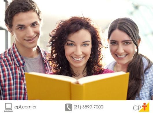 três pessoas estudando